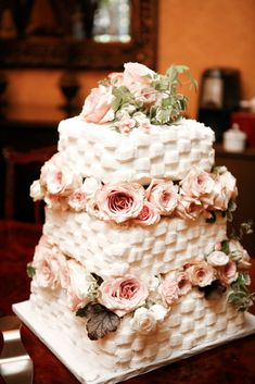 Wedding Planning Plus: Cake Frosting: Fondant or Buttercream?