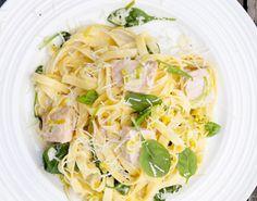En simpel pastaret, hvor laksen simre sammen med spinat, fløde og citron. Lad gæsterne vente på pastaen og få den al dente!