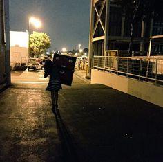 Após gravar último episódio da série 'Glee', Lea Michele fez questão de guardar uma lembrança do set de filmagens >> http://glo.bo/1DaGmlk