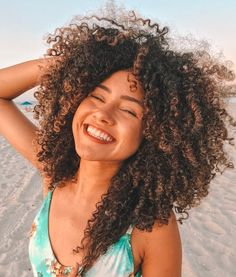 200 mil corações!!!! Quando que iria imaginar isso??? Sério, obrigada por confiarem em mim e no meu trabalho, a conexão que temos é… Afro Hair Girl, Curly Afro Hair, Crimped Hair, Coily Hair, Curly Hair Tips, Curly Girl, Curly Hair Styles, Natural Hair Styles, Highlights Curly Hair