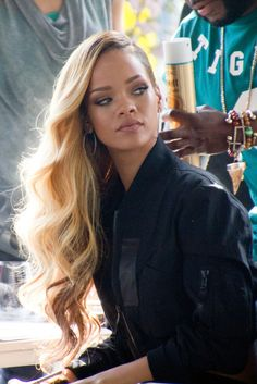 RIHANNA / UNDERCUT / SHAVED ON ONE SIDE / BLONDE / CURLS /
