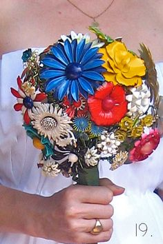 Awesomw Idea - Brooch Bouquet: DIY http://www.weddingbee.com/2010/10/21/brooch-bouquet-diy/