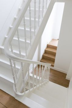 Inventive Staircase Design Tips for the Home – Voyage Afield Flat Interior, Interior Stairs, Interior Design Living Room, Interior And Exterior, White Staircase, Staircase Design, Staircase Diy, Staircase Remodel, Minimal Home