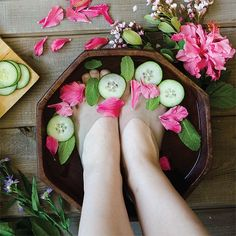 DIY Cracked Heels Remedies ~ Treat yourself to a refreshing and relaxing foot soak with this recipe is featured in Willow & Sage. Cracked Heel Remedies, Dry Cracked Feet, Willow And Sage, Spring Spa, Thing 1, Foot Soak, Spa Party, Homemade Beauty Products, Diy Beauty