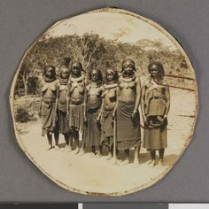 Grupo de mulheres em Caconda, Angola. Legenda no verso: Belezas Caconda. Fundação Mário Soares07250.006.001- pag.1
