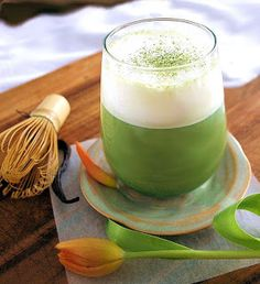 Time to add your favorite matcha tea to a classic hot drink: the latte! This time, we add a bit of vanilla extract in order to give it a delicious flavor with all the benefits of matcha! Green Tea Cleanse, Matcha Latte Recipe, Matcha Tee, Matcha Benefits, Health Benefits, Matcha Green Tea Powder, Tea Latte, Frappe, Summer Drinks