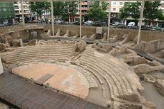 """""""Teatro romano de Zaragoza también conocido como, El Museo del Teatro de Caesaraugusta. Contaba con un aforo de unas 6.000 personas y con una muy buena acústica como solía ser habitual en los teatros romanos. Cuenta con 105 m de diámetro de cávea. Cimentado y construido en hormigón. Era uno de los más grandes de la Hispania romana"""". Información tomada de rutas con historia"""