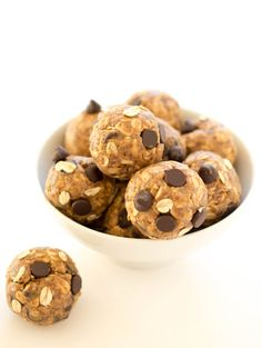 Quick and Healthy 5 Ingredient Peanut Butter Energy Bites. Takes less than 10 minutes to make with only 5 ingredients! Loaded with peanut butter and flax seed. #workout #fitnessball #exercise ball