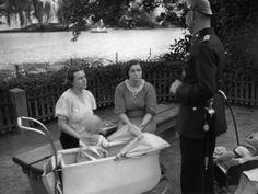 Ein Polizist befragt 1934 Mütter auf einem Spielplatz in Berlin.
