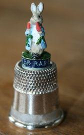 Vingerhoedje verzilverd van Peter Rabbit: http://www.homi.nl/a-42100056/cadeau-allerlei/vingerhoedje-verzilverd-van-peter-rabbit/