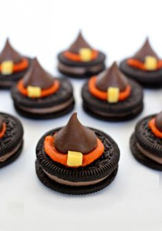 Halloween Witch Hat Cookies Looking for the PERFECT school Halloween Party treat that is easy to make, no bake, peanut free and kosher – this may be the one for you! These Halloween Witch Hat Cookies are super cute and super easy to make! Dulces Halloween, Dessert Halloween, Halloween Witch Hat, Halloween Goodies, Halloween Food For Party, Halloween Celebration, Halloween Spider, Easy Halloween Snacks, Holloween Treats For Kids