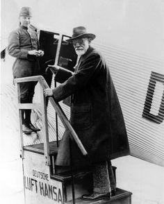La verdad al cien por ciento es tan rara como el alcohol al cien por ciento. - El psicoanalista Sigmund Freud en su primer vuelo en avión desde Tempelhof Field en Berlín, Alemania el 9 de noviembre de 1928. Cuando Freud publicó su libro La interpretación de los sueños en octubre de 1900, se sentaron las bases para la nueva ciencia del psicoanálisis.