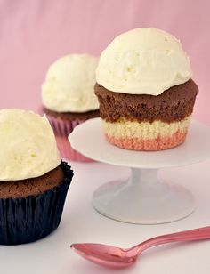 Cupcakes napolitanos Gourmet Cupcakes, Cupcake Recipes, Mini Cakes, Cupcake Cakes, Cake Pops, Brownies, Cap Cake, Emergency Food, Macaroons