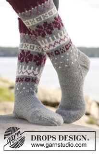 knitted socks in light gray with white and cranberry pattern. Socks with Nordic pattern in Lima by DROPS design Drops Design, Crochet Socks, Knitting Socks, Knitted Hats, Knitting Videos, Knitting Projects, Knitting Patterns Free, Free Knitting, Free Pattern