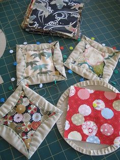 Yesterday I had the pleasure of taking part in a Japanese Kaleidoscope Quilt class with internationally renowned quilter/textile artist Jan Preston. It was arranged by Leanne of Kimono House (ther… Crazy Quilting, Patchwork Quilting, Crazy Patchwork, Hexagon Patchwork, Patchwork Tutorial, Techniques Textiles, Quilting Projects, Sewing Projects, Cathedral Quilt
