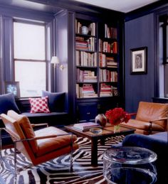 Elle Decor Blue Room with Zebra rug and leather chairs Dark Blue Walls, Navy Walls, Purple Walls, Black Walls, Color Walls, Paint Colors, Indigo Walls, Charcoal Walls, Ceiling Color