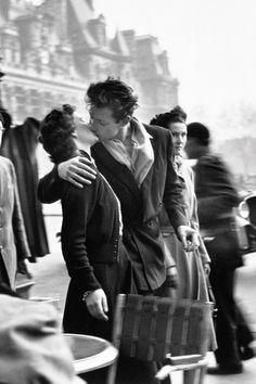 Le Baiser (The Kiss), Hotel de Ville, Paris. by Robert Doisneau. Vintage Kiss, Vintage Couples, Vintage Love, Vintage Photos, Robert Doisneau, Vintage Photography, Couple Photography, Street Photography, Iconic Photos