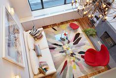 neste caso, tapete, poltrona e almofadas deram o tom monocromático da sala de estar: vermelho. ideia de como combinar as cores. (ps. na minha opinião o lustre ficou fora do padrão do restante da sala e não curti). moderninha demais para nós, mas apenas uma ideia.