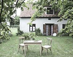 love this garden, house and the camera shot. It could be the perfect setting . I love this garden, house and the camera shot. It could be the perfect setting .I love this garden, house and the camera shot. It could be the perfect setting . Design Exterior, Interior And Exterior, Cozy Cottage, Cottage Homes, White Cottage, Outdoor Spaces, Outdoor Living, Plein Air, Architecture