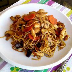 Gyors ebéd ázsiai módra, chow -mei, csirkemell, gomba, répa, lilahagyma, szója szósz Chow Mein, Chow Chow, Spaghetti, Ethnic Recipes, Foods, Drinks, Food Food, Drinking, Food Items