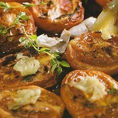 Smullen geblazen met dit vegetarische / vegan tapas hapje van knoflook tomaten uit de oven. Zowel koud als warm te serveren: ideaal vooraf te bereiden.