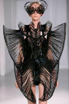 Van Herpen ha colaborado con artistas vanguardistas como Bjork y la coreografa Nanine Linning , cruzando vestuario y diseño para generar piezas que elevan el performance