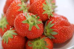 Strawberry is a fruit that belongs to berries. This fruit belongs to the flower family. Strawberry plants grow well in cool and humid areas. Strawberry Plants, Smoothies, Berries, Mad, Snacks, Flowers, Beautiful, Smoothie, Appetizers