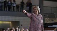 Gesto. La candidata demócrata Hillary Clinton intentó mostrarse vivaz este jueves en un acto en Carolina del Norte. /AFP