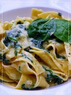 Pappardelle mascarpone e spinaci (těstoviny se špenátem) Mehendi, Spaghetti, Baking, Ethnic Recipes, Diy, Mascarpone, Bricolage, Bakken, Do It Yourself