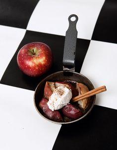 Bagte æbler med kanel og flødeskum