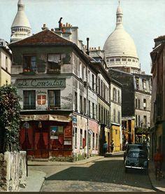 Une vue de la rue Norvins à Montmartre dans les années 1950. Encore un peu délabrée mais pleine de couleurs, et surtout... calme. Une photo de © Kurt Otto-Wasow (Paris 18ème)