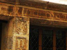 """Construite en 1407, la """"maison de Nicolas Flamel"""" est très certainement la plus ancienne demeure de Paris. On peut toujours lire sur le linteau de sa façade l'inscription suivante : Nous homes et femes laboureurs demourans ou porche de ceste maison qui fut faite en l'an de grâce mil quatre cens et sept somes tenus chascun en droit soy dire tous les jours une paternostre et un ave maria en priant Dieu que sa grâce face pardon aus povres pescheurs trespasses Amen"""