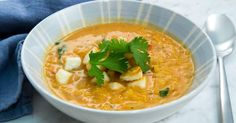 Snabb och krämig linssoppa toppad med krispig halloumi och koriander!