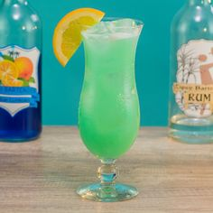 Easy Alcoholic Drinks, Alcholic Drinks, Drinks Alcohol Recipes, Punch Recipes, Drink Recipes, Bartender Recipes, Tipsy Bartender, Blue Curacao, Blue Drinks
