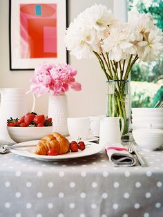 Prettiest table on earth -- belongs to Deborah Lloyd of Kate Spade -- snapped by our friends at Lonny :)