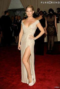 Kate Hudson em um vestido lindo longo cor bege com uma generosa fenda lateral  --------------------------------------------- http://www.vestidosonline.com.br/modelos-de-vestidos/vestidos-longos