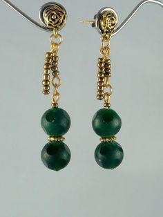 Boucles d'oreilles pierres fines: jade vert dépoli partiellement et rocaille métallique or sombre pour ces boucles d'oreilles vert profond