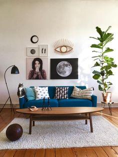 Einblicke in das Vintage-Wohnzimmer von MiMaMeise! Blaues Sofa, Couchtisch und ein flauschiger Teppich sorgen für Gemütlichkeit. #vintage #interior #living #wohnzimmer #einrichtung #altbau