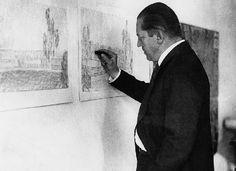 Dieses Foto zeigt den Architekten Mies van der Rohe bei der Arbeit an Haus Esters in Krefeld.