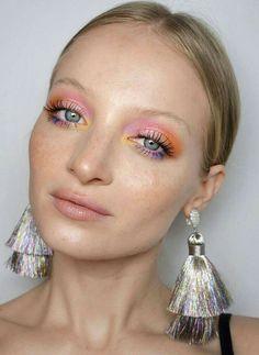 Colorful makeup wearing pink, orange, yellow and purple eyeshadow! Unique makeup… Buntes Make-up mit rosa, orange, gelbem und lila Lidschatten! Einzigartiger Make-up-Look Makeup Trends, Eye Makeup Tips, Makeup Inspo, Makeup Inspiration, Hair Makeup, Witch Makeup, Fox Makeup, Devil Makeup, Glowy Makeup