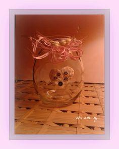 Vasetto dai colori tenui, con bordo in rafìa lilla e ciuffo rosa ❤ In Arte Sy❤