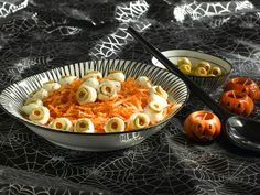 Žabie oči Macaroni And Cheese, Ethnic Recipes, Kitchen, Woman, Halloween, Mac And Cheese, Cooking, Kitchens, Women