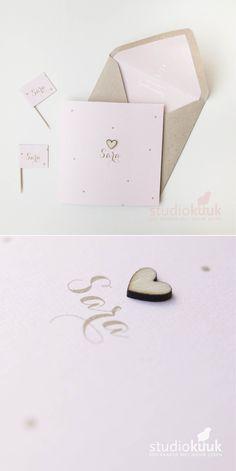 Lief geboortekaartje voor een meisje_gouden stippels_poederroze_houten hartjes_voering_vlaggetjes #www.studiokuuk.nl