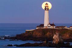 Mooning the Lighthouse by Alex Baranda, via 500px
