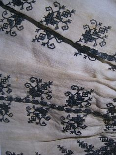 Man's shirt, linen with blue silk embroidery and bobbin lace. Knee-length, late 16th century. From The Textile Museum in Prato. shirtlate16thcprato3.jpg Photo by operafantomet | Photobucket
