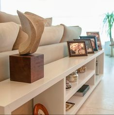 Os aparadores de sofá servem para deixar ainda mais sofisticado esse ambiente.E para organizarobjetos decorativos, livros e revistas, alem de expor aquela peça especial como uma escultura de arte e fotografias.