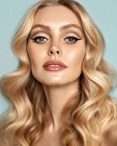retro makeup looks Cat Eye - Theres no denying the fact that the ushered in some major hair and makeup trends. Fast forward to 2019 and a lot of them are back. Makeup Vintage, Retro Makeup, Glam Makeup, Bridal Makeup, 70s Makeup Look, 70s Disco Makeup, Mod Makeup, Sixties Makeup, Makeup Eyes