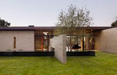 San Joaquin Valley Residence by Aidlin Darling Design It is comprised of earthen masses which frame the landscape and protect the interior from intense southern sun. Architecture Details, Interior Architecture, San Joaquin Valley, Tropical Houses, Modern Exterior, Prefab, Residential Architecture, New Homes, House Design