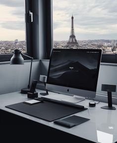 After a recent trip to Paris, we thought this photo would be fitting. Check out this awesome setup with a view of the Eiffel Tower. 🇫🇷 Who else lives in Europe and would love this setup? Home Office Setup, Home Office Design, House Design, Office Kit, Office Workspace, Office Style, Computer Desk Setup, Gaming Room Setup, Pc Computer