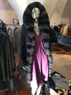 Who want´s to be individual? Persianerpaletot mit Chinchilla verbrämt. Darunter #anjagockel Seidenkleid. Und handgemachter Glasschmok von #anicamurina Anja Gockel, Chinchilla, Elegant, Women Wear, Fashion, La Mode, Guys, Curve Dresses, Classy